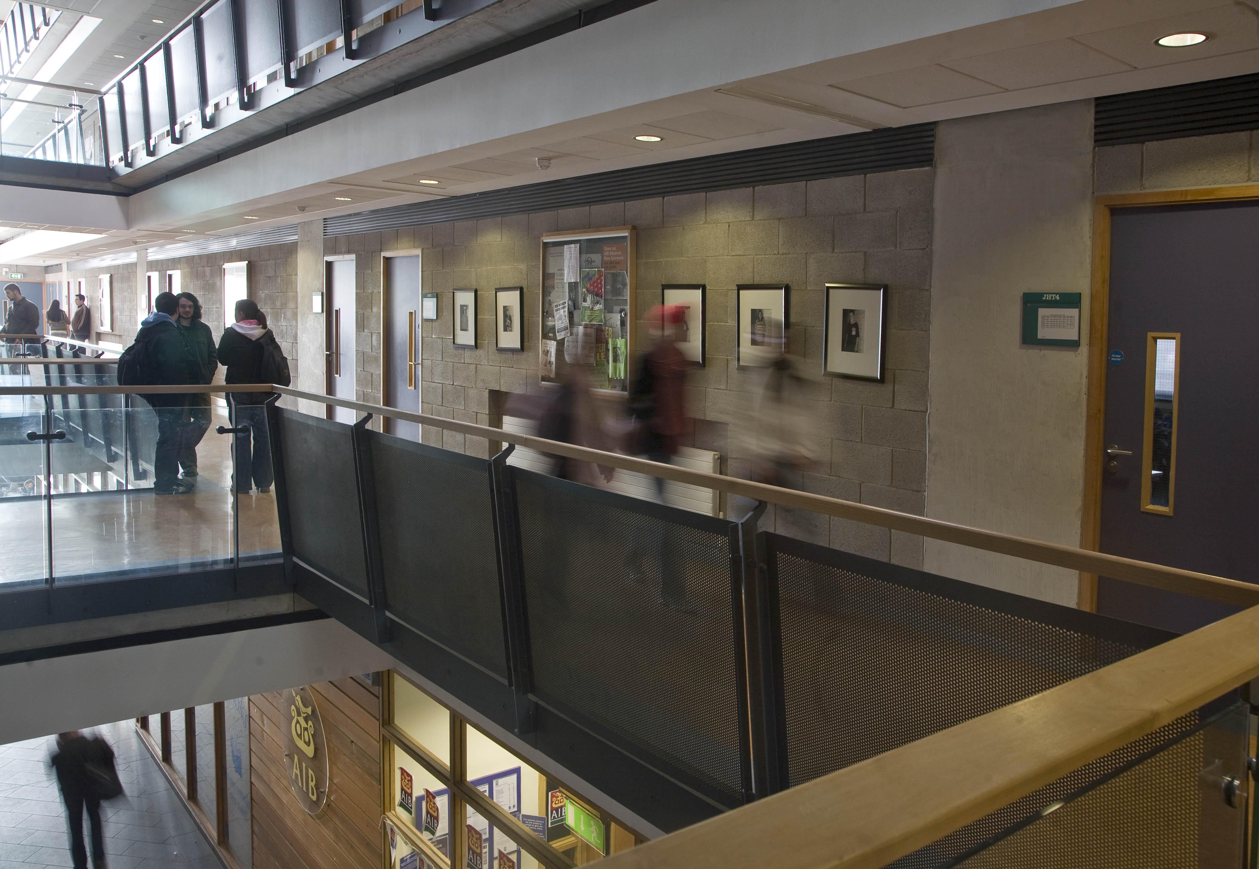 Inside the John Hume Building - Foirgneamh John Hume ón taobh istigh